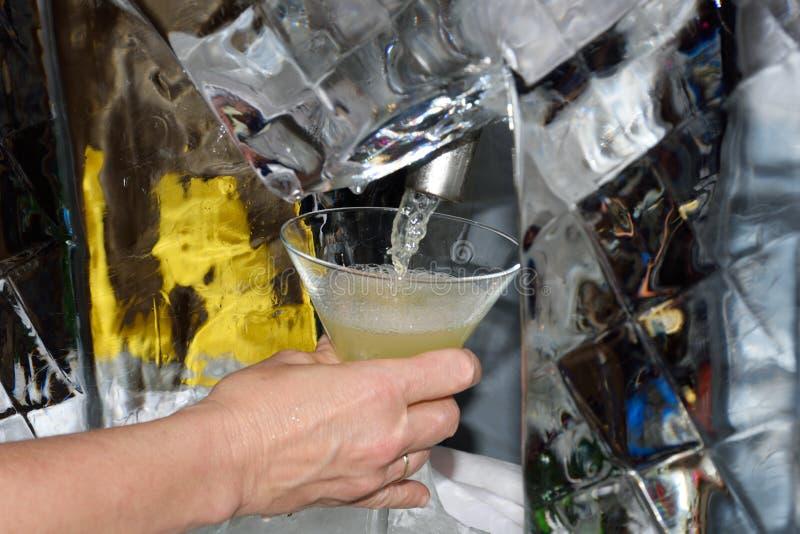 Glas von Martini, der aus Maschine gegossen wird lizenzfreie stockbilder