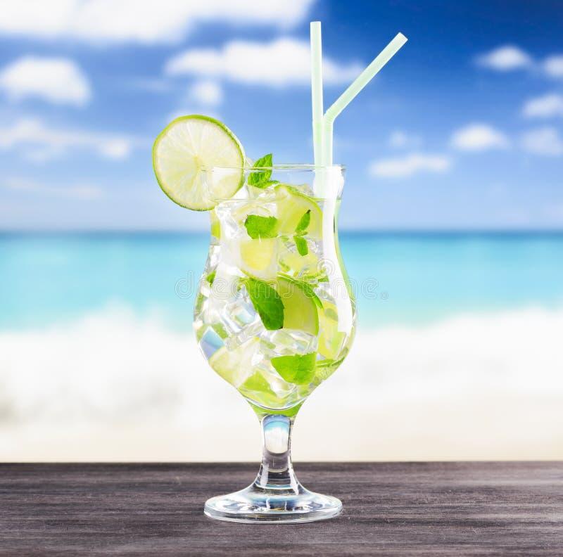 Glas von mojito Cocktail auf einem Strand stockfoto