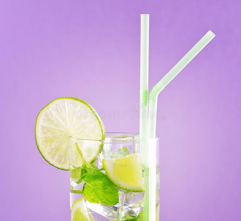 Glas von mojito Cocktail auf Pastellrosahintergrund lizenzfreies stockfoto