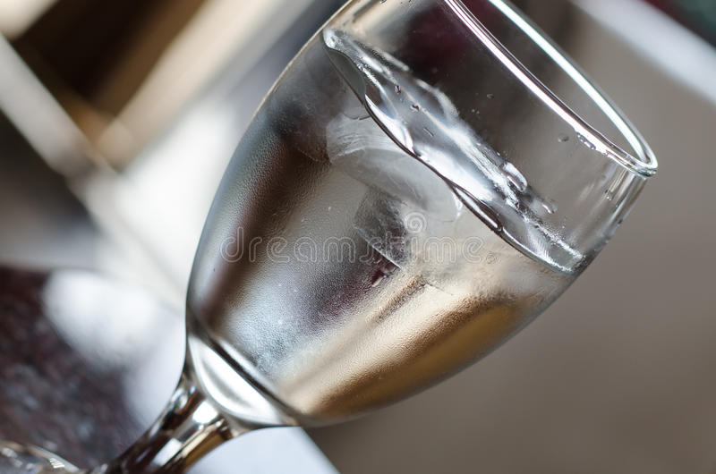 Glas Wasser auf einer Tabelle stockbild