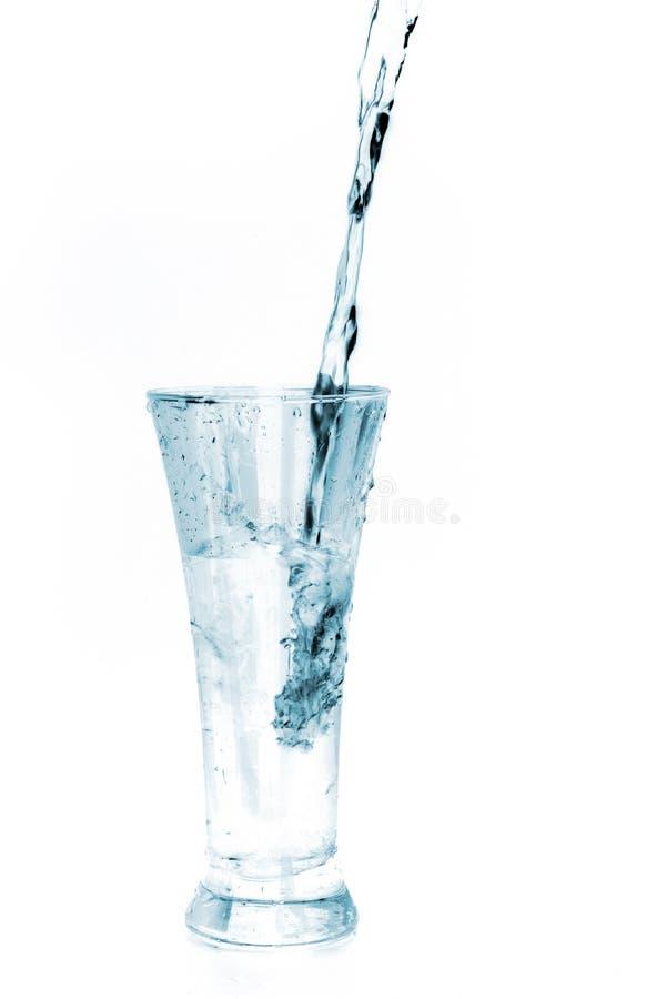 Glas Wasser auf Weiß lizenzfreie stockfotografie