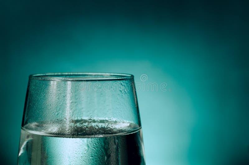 Glas Wasser bedeckt mit Kondensation stockbilder