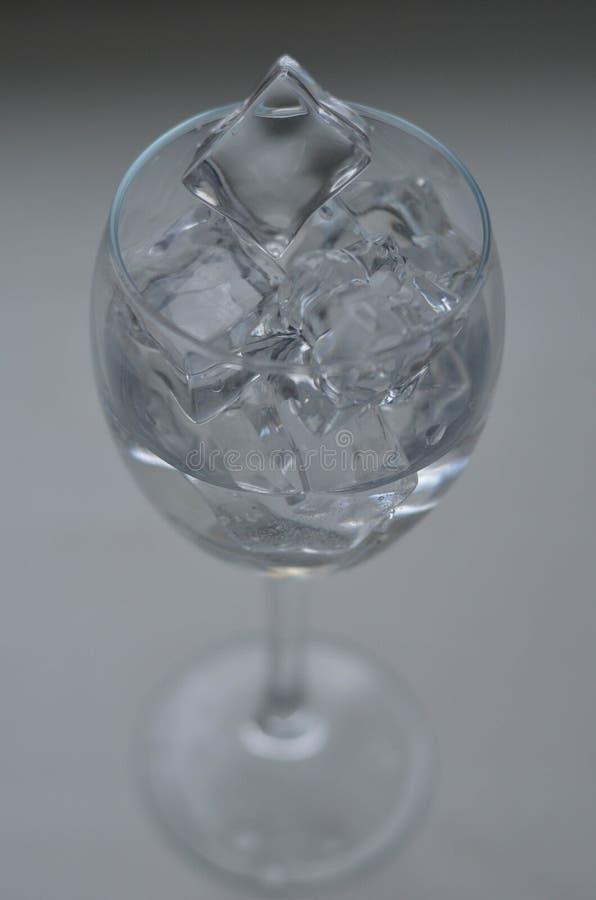 Glas Wasser mit Eis lizenzfreie stockbilder