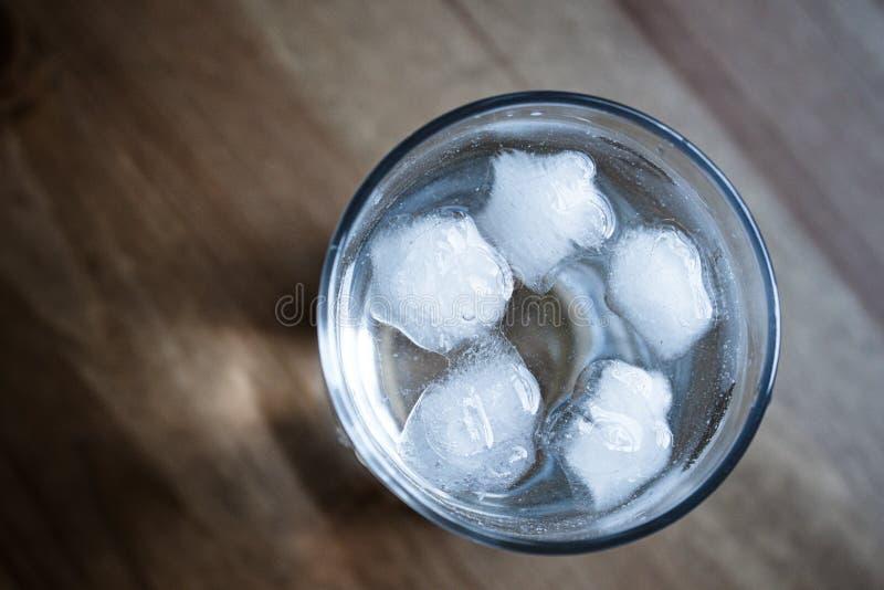 Glas Wasser mit Eis stockbilder