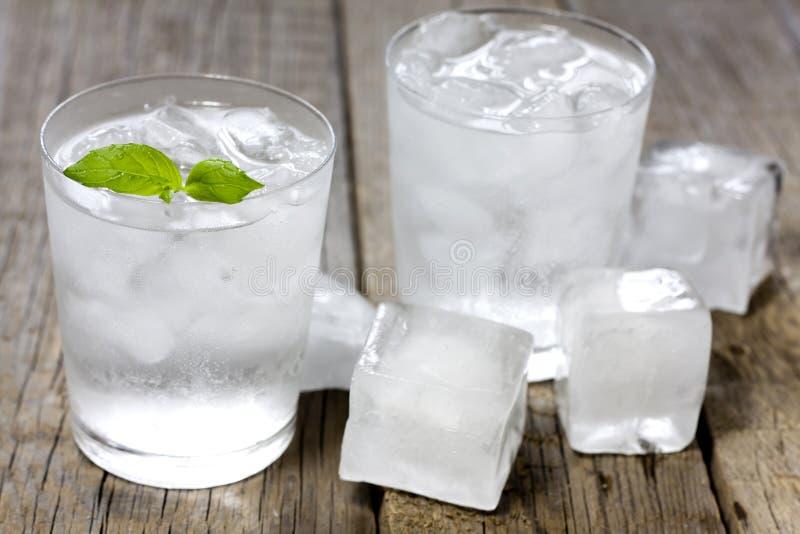 Glas Wasser mit Eiswürfeln lizenzfreie stockfotos