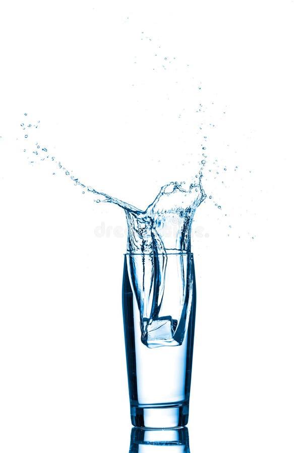 Glas Wasser mit Eiswürfeln stockbild
