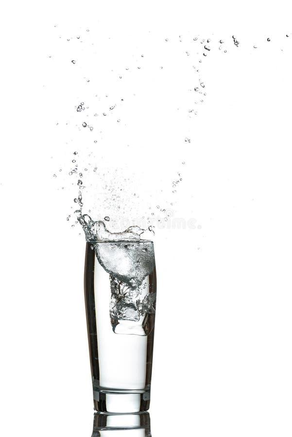 Glas Wasser mit Eiswürfeln stockfoto