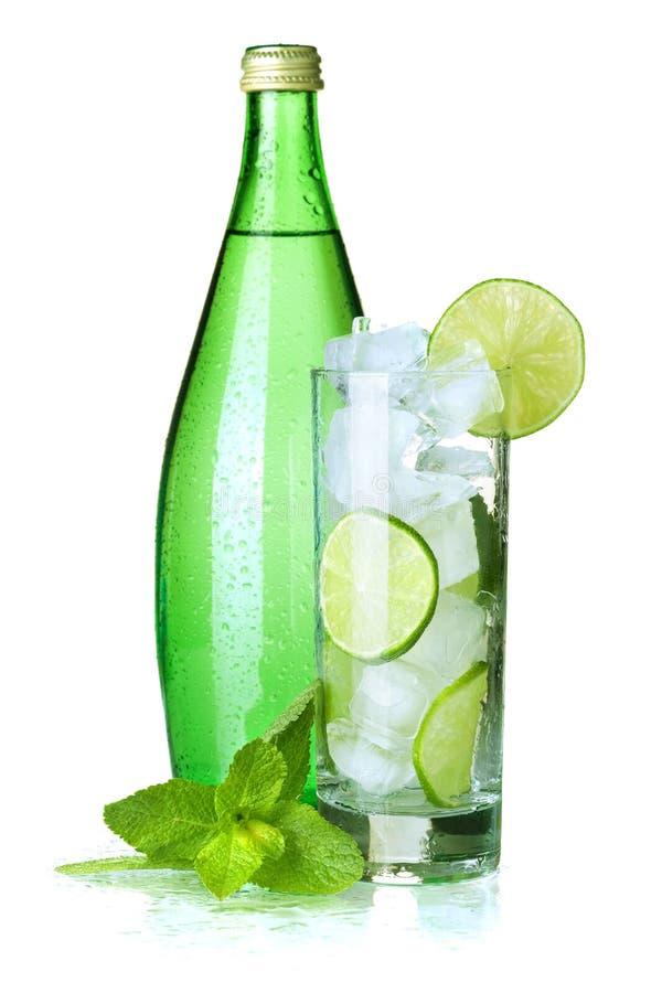 Glas Wasser mit Kalk, Eis und Minze stockfotos