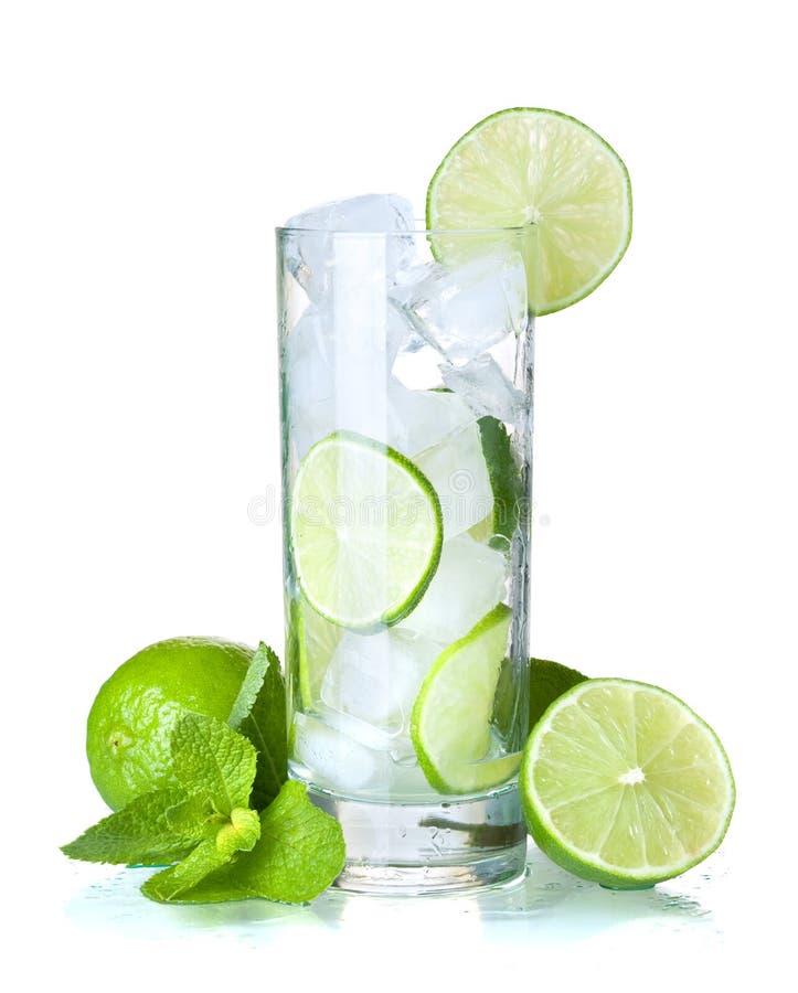Glas Wasser mit Kalk, Eis und Minze lizenzfreie stockfotografie