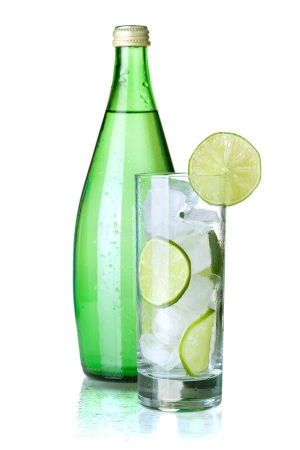 Glas Wasser mit Kalk, Eis und Minze stockfotografie
