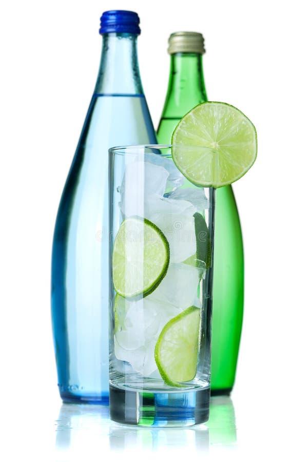 Glas Wasser mit Kalk und Eis lizenzfreie stockfotos