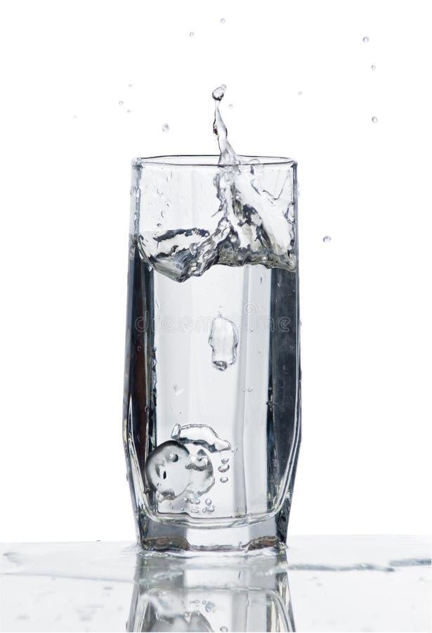 Glas Wasser mit Spritzen lizenzfreie stockfotos