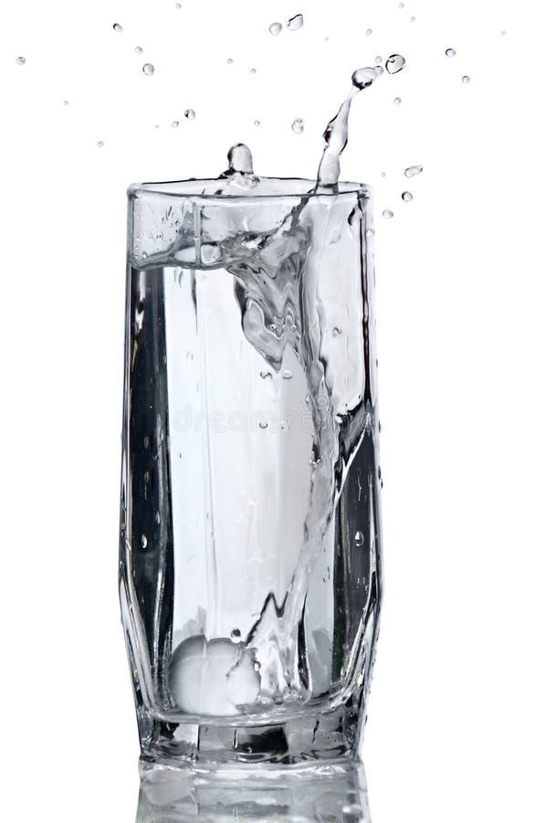 Glas Wasser mit Spritzen stockfoto