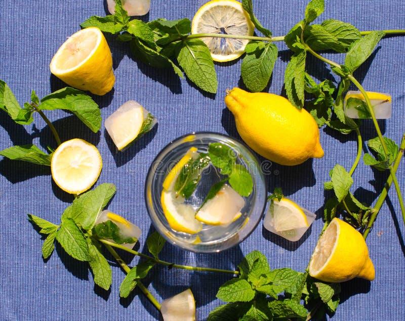 Glas Wasser mit Zitrone Minze und Eis stockfoto