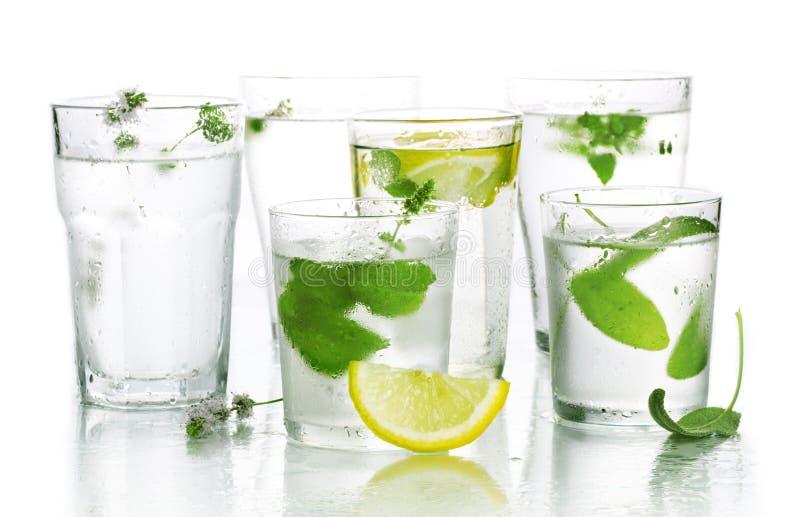 Glas Wasser und frische Kräuter stockfotografie