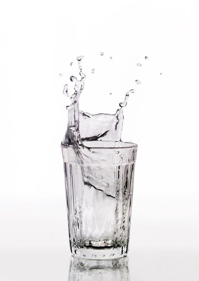 Glas Wasserspritzen lizenzfreies stockbild