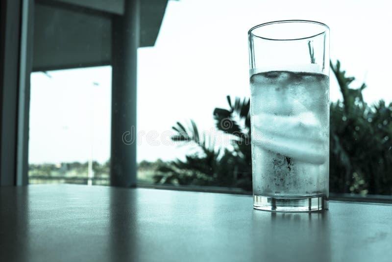 Glas water en ijs royalty-vrije stock fotografie