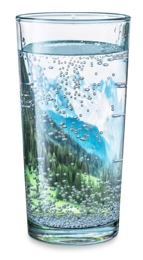 Glas water met binnen de bovenkanten van sneeuwbergen en groene bossen royalty-vrije stock fotografie