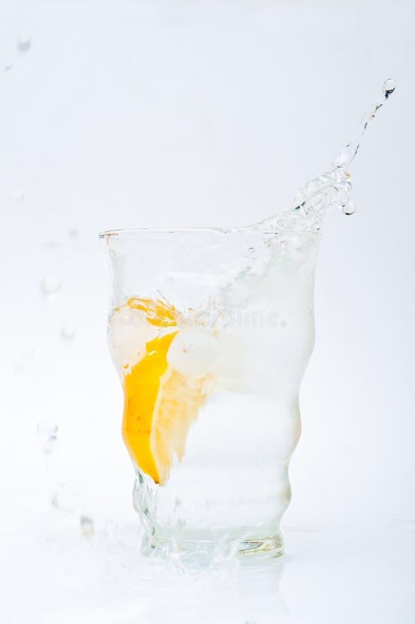Glas water met citroen stock afbeeldingen