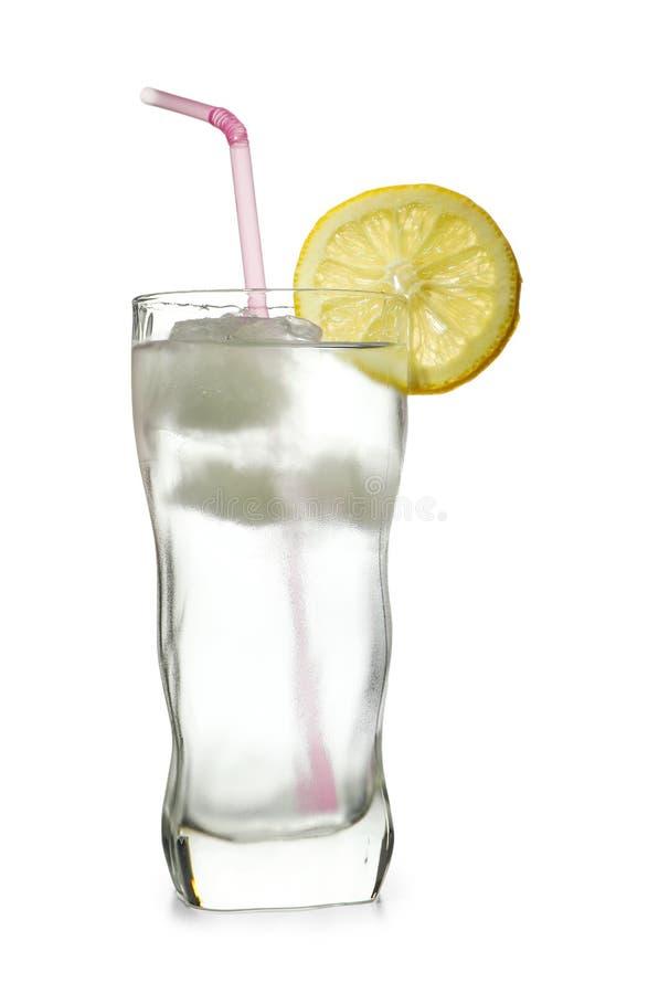 Glas water met citroen, ijs en stro op witte achtergrond stock foto