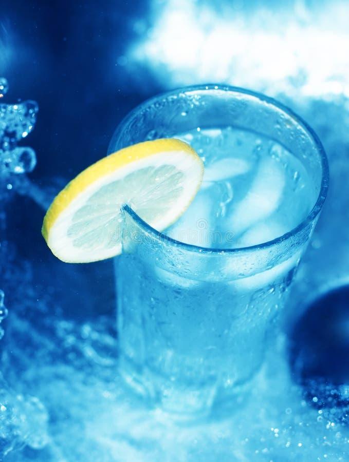Glas water met citroenplak 2 royalty-vrije stock foto's
