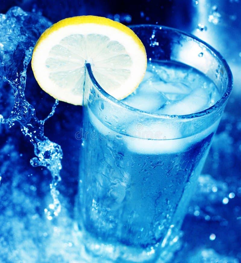 Glas water met citroenplak 3 stock afbeeldingen