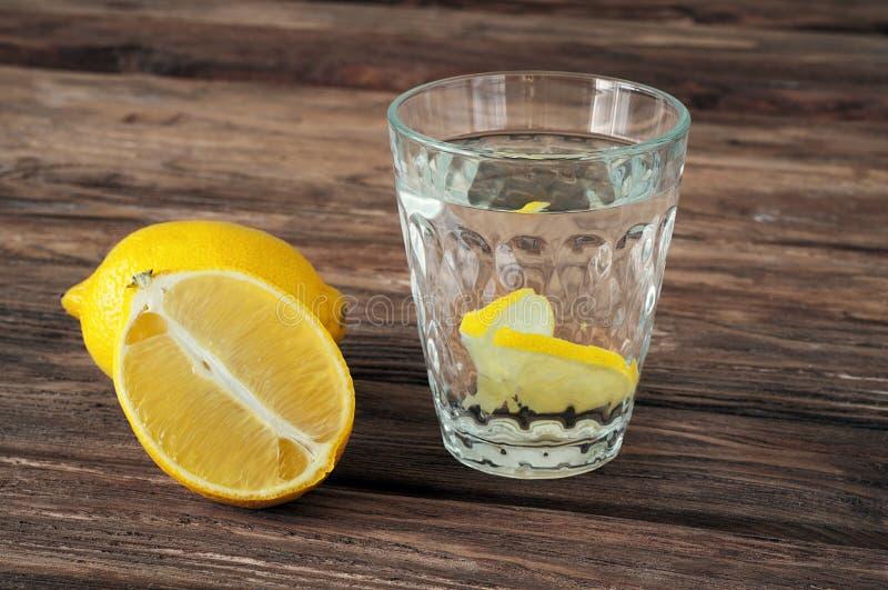 Glas water met citroenplakken royalty-vrije stock afbeelding