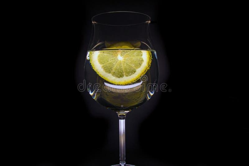 Glas water met een plak van citroen royalty-vrije stock afbeelding