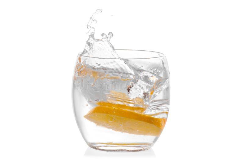 Glas water met geïsoleerde citroen stock afbeeldingen