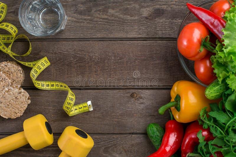 Glas water met groenten en het meten van band op lijstclose-up stock foto