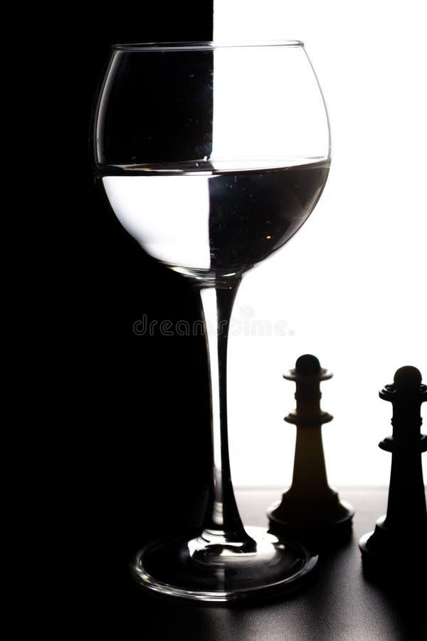 Glas water met overlapping in de vorm van een schaakbordconcept royalty-vrije stock foto's