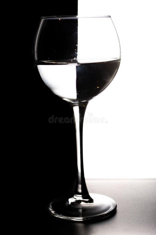 Glas water met overlapping in de vorm van een schaakbordconcept stock foto's