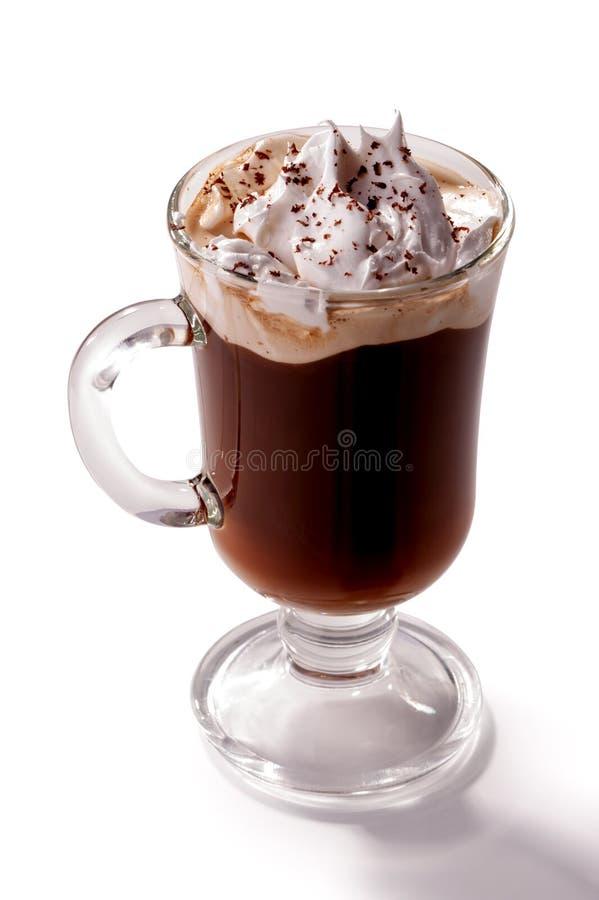 Glas Weense die koffie met slagroom wordt bedekt op witte achtergrond wordt geïsoleerd royalty-vrije stock afbeeldingen