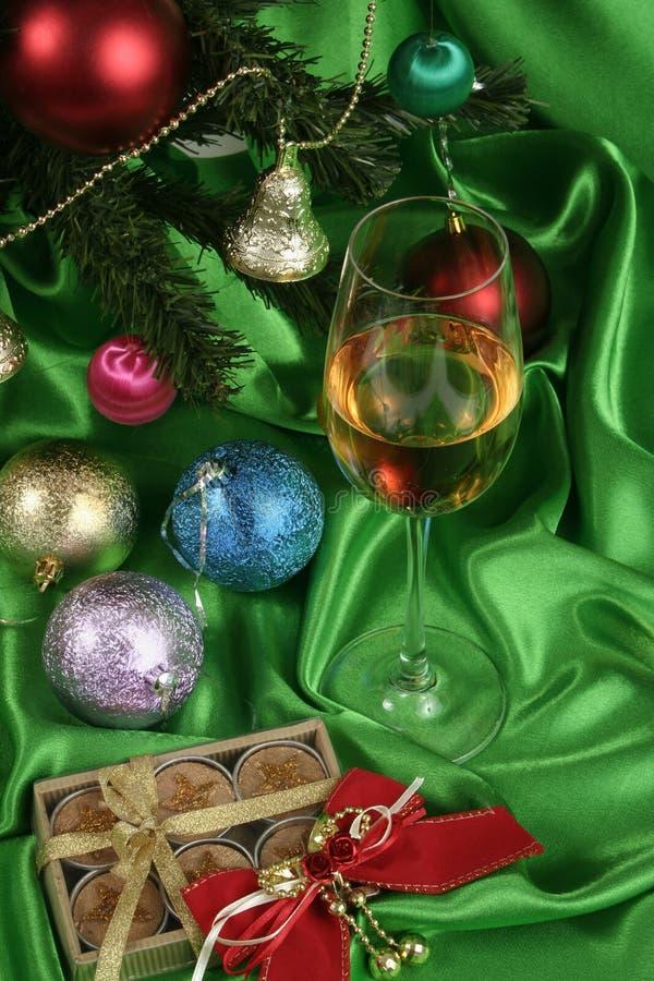 Glas weißer Wein auf einem schönen Weihnachtshintergrund stockbild