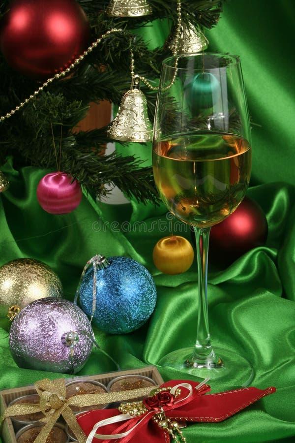 Glas weißer Wein auf einem schönen Weihnachtshintergrund stockfotos