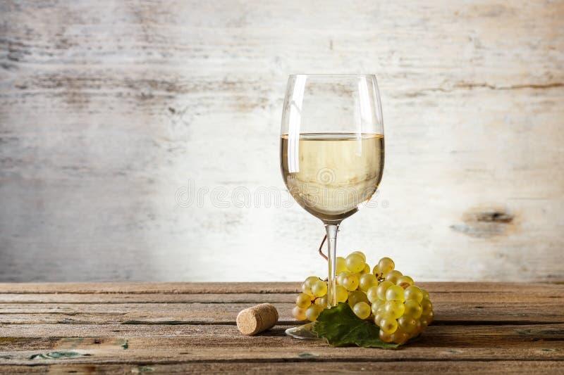 Glas Weißwein stockfotografie
