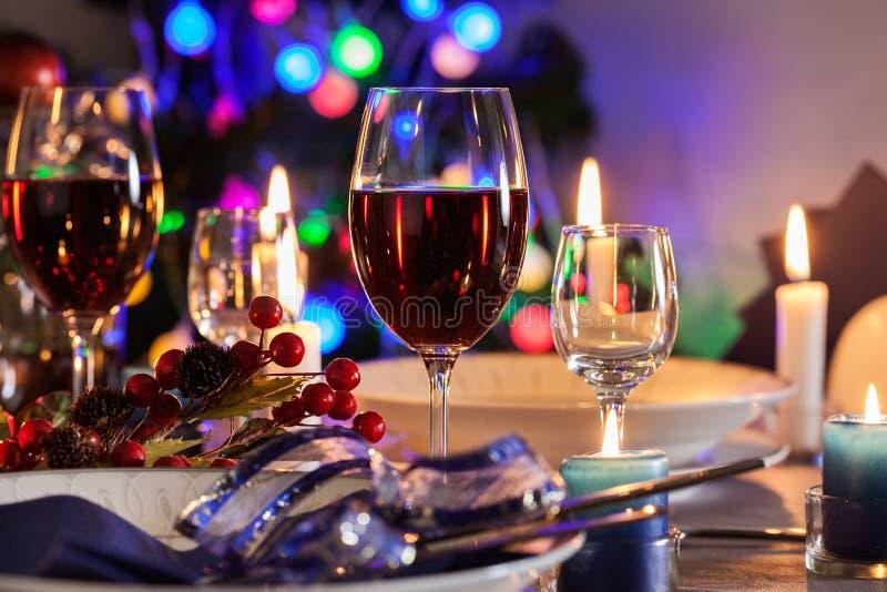 Glas Wein auf der Weihnachtstabelle stockbilder