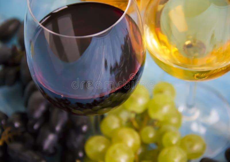 Glas Wein, Ernte-Menüjahreszeit der frischen Trauben organische geschmackvolle auf einem blauen hölzernen Hintergrund stockbild