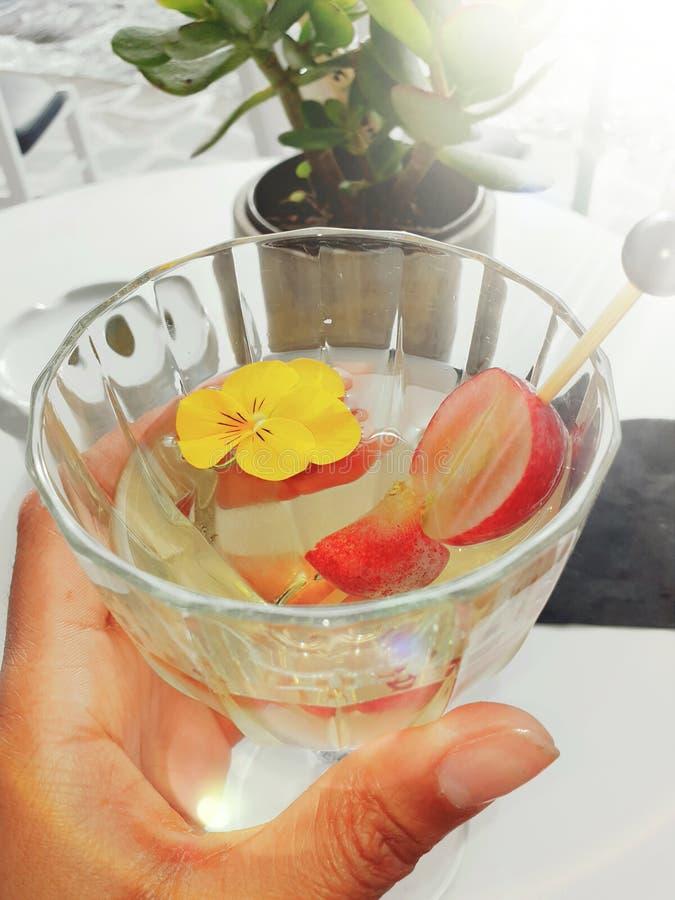 Glas Wein am Feiertag mit Frucht stockbild