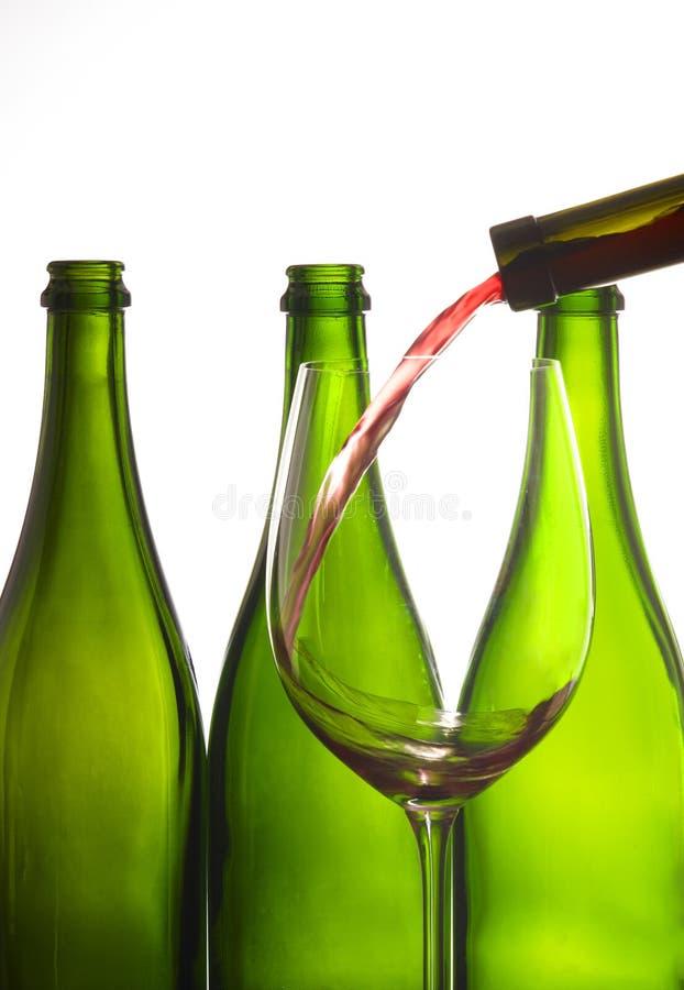 Glas Wein mit Flaschen stockfotos