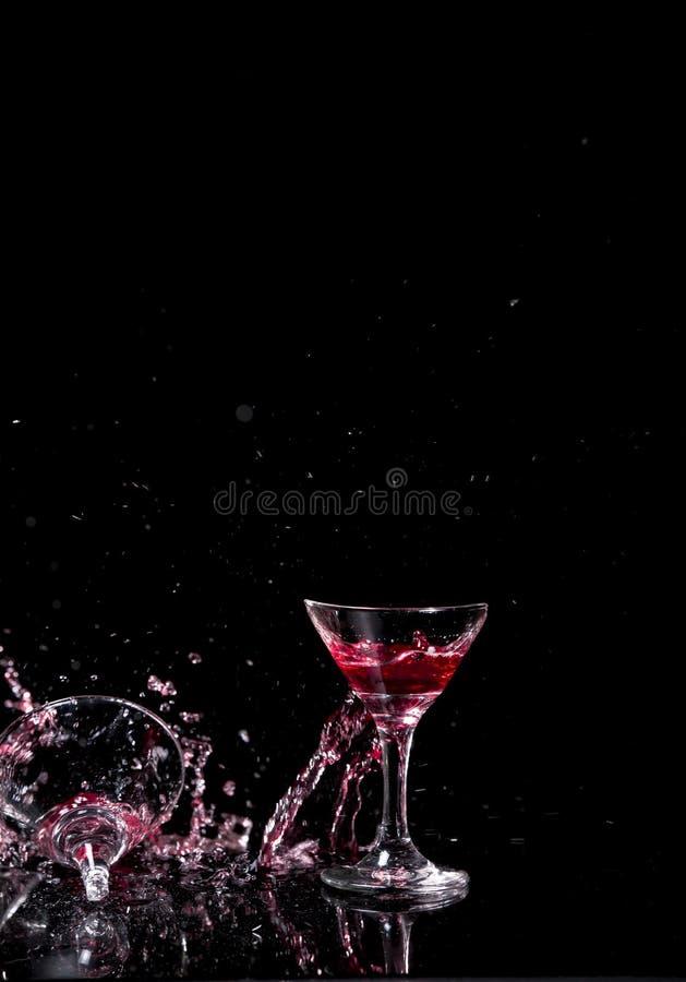 Glas Weinglas fiel auf das Glas stockbild