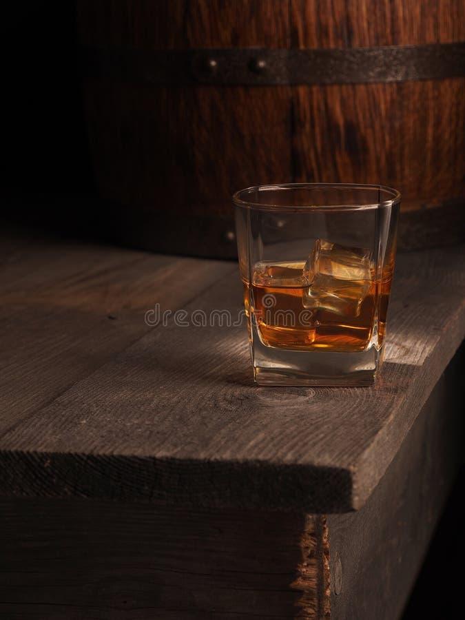 Glas Whisky auf rustikaler Tabelle Schwarzer Hintergrund lizenzfreie stockfotografie