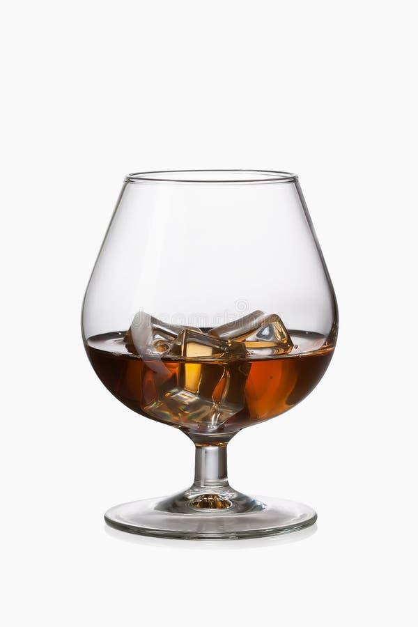 Glas Whisky met ijs in glas dat op witte achtergrond wordt geïsoleerd royalty-vrije stock fotografie