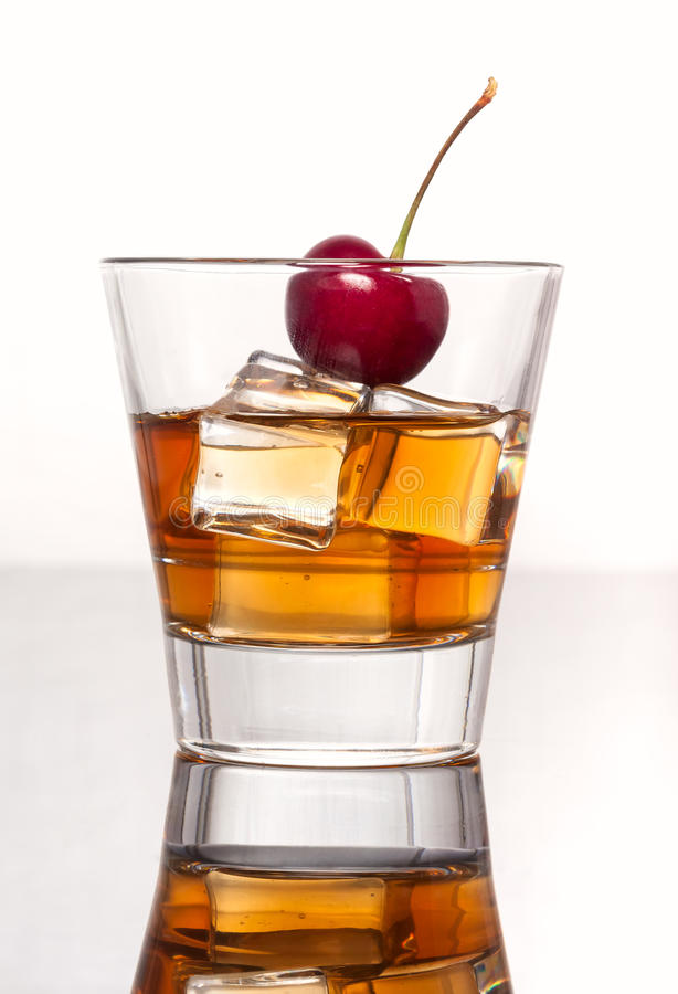 Glas whisky met ijs, op witte achtergrond wordt geïsoleerd die royalty-vrije stock foto's