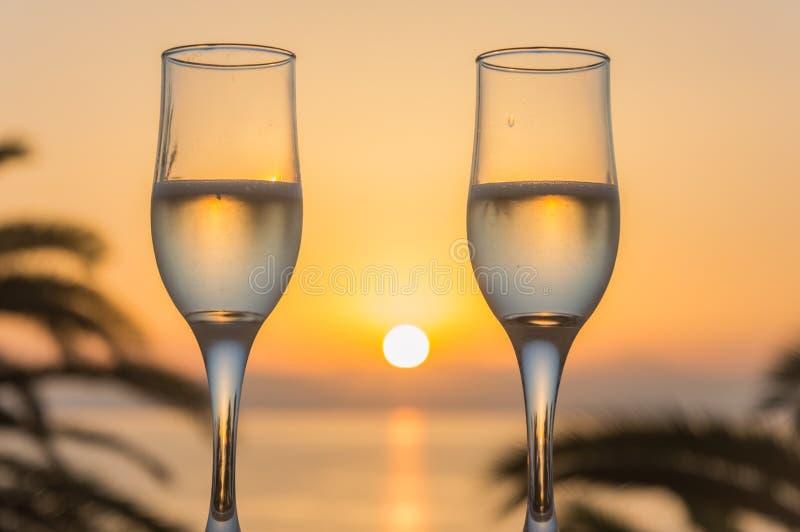 Glas wijn bij zonsopgang op zee royalty-vrije stock foto's