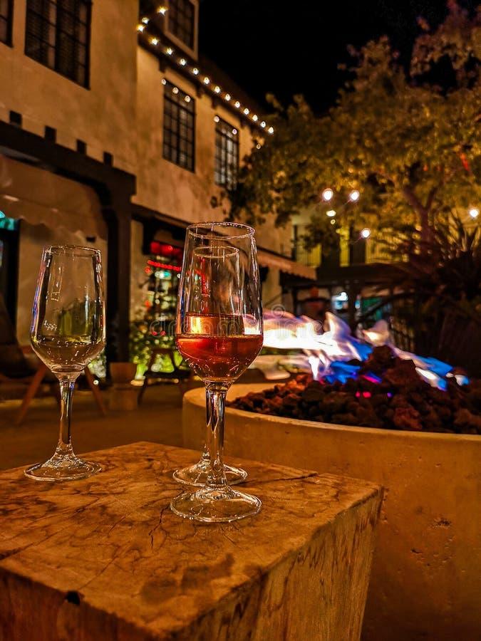 Glas wijn en brand stock fotografie