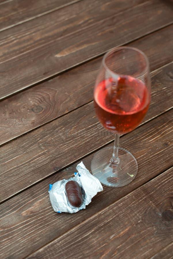 Glas wijn met suikergoed royalty-vrije stock afbeelding