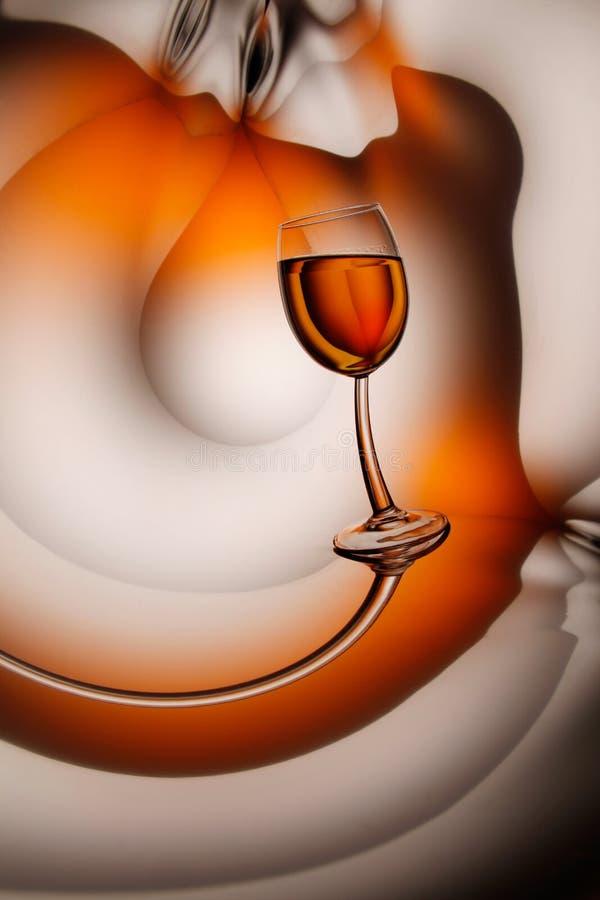 Glas wijn op abstracte achtergrond royalty-vrije stock foto's