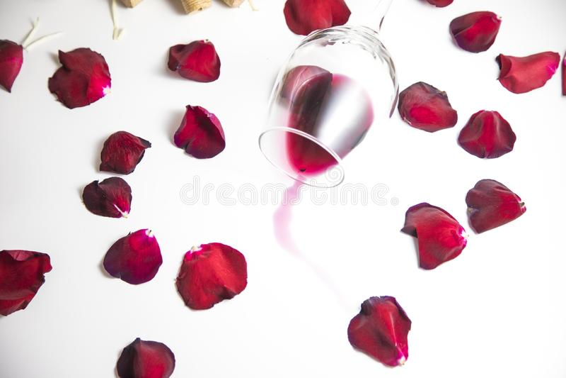 Glas wijn op de lijst stock afbeelding