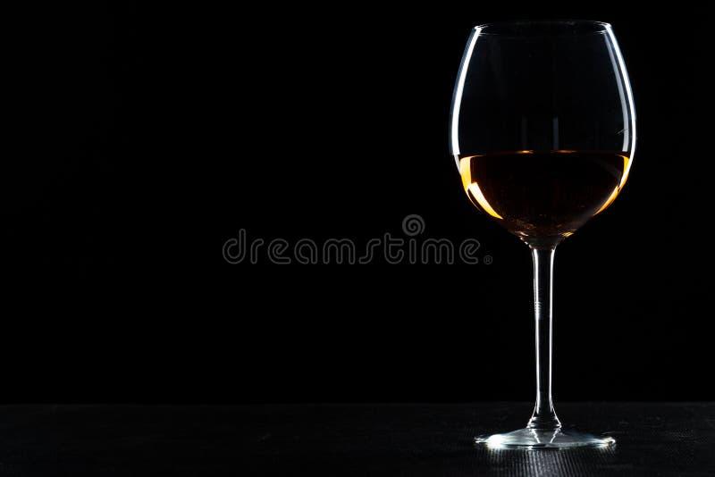 Glas wijn op een zwarte achtergrond stock afbeeldingen